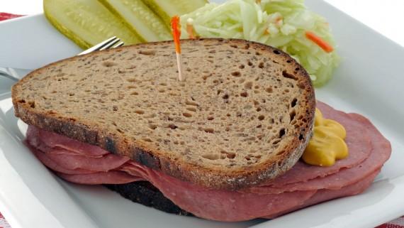 Sandwich fumé au boeuf