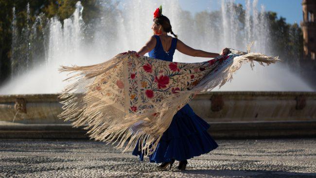 Femme vêtue de flamenco avec châle de Manille