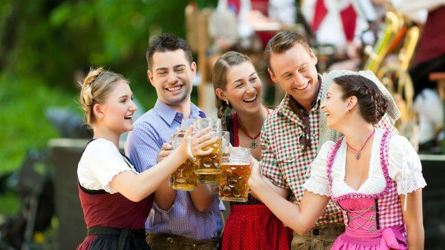 Profiter de l'Oktoberfest avec des costumes allemands typiques