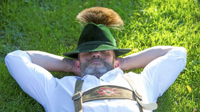 Chapeau avec un Gamsbart: accessoire traditionnel allemand pour homme