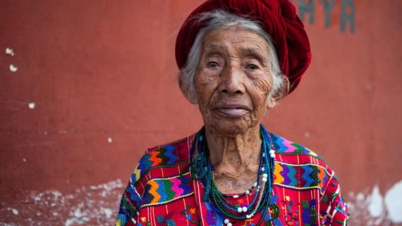 Femme indigène du Guatemala avec une robe ethnique traditionnelle