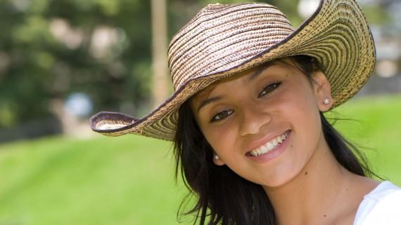 Fille colombienne avec chapeau vueltiao