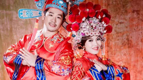 Mariage chinois avec une tenue de mariée et de marié typique