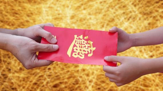 Donner et recevoir des cadeaux à deux mains dans la culture chinoise