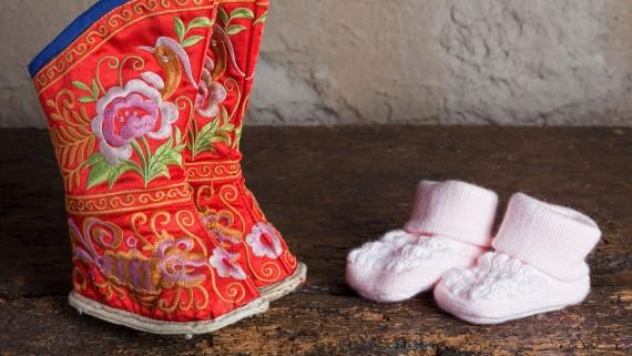 Comparaison entre les chaussures pour le bandage des pieds et les chaussures de bébé actuelles