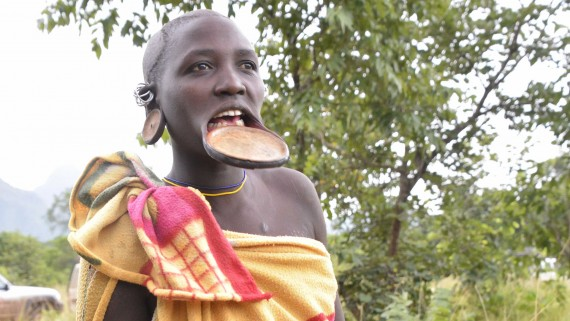 Surma woman with dilation in the lower lip
