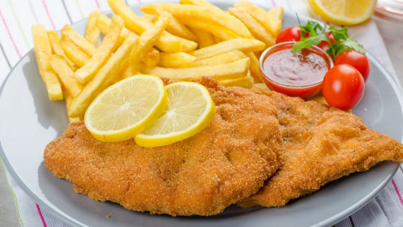 Milanese dish with french fries typical of Argentina
