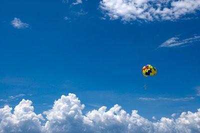 skydiving Catalunya descending